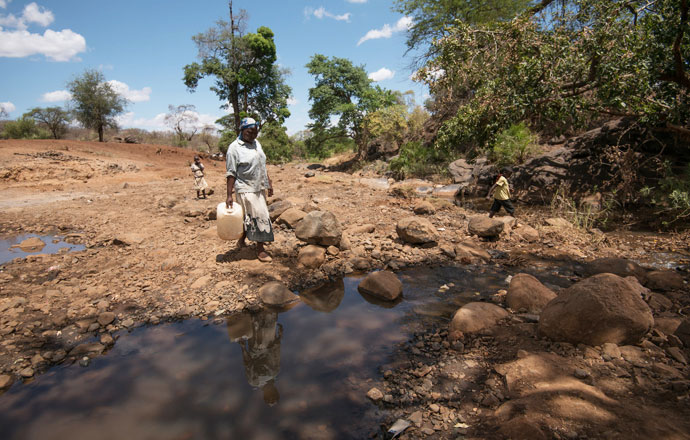 Teresina Karini (45) collects water from the river in Tharaka Nithi. Her family will drink this water and use it for washing.