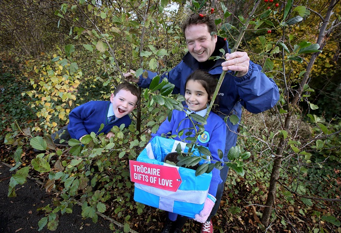 Garden designer Diarmuid Gavin, along with students Jayden Keogh (aged 7) and Sarah Louise Khan (9) from Scoil Aoife Community National School, helped to launch Trócaire's Christmas 'Gifts of Love' for 2019 in Citywest, Dublin. Photo : Mark Stedman