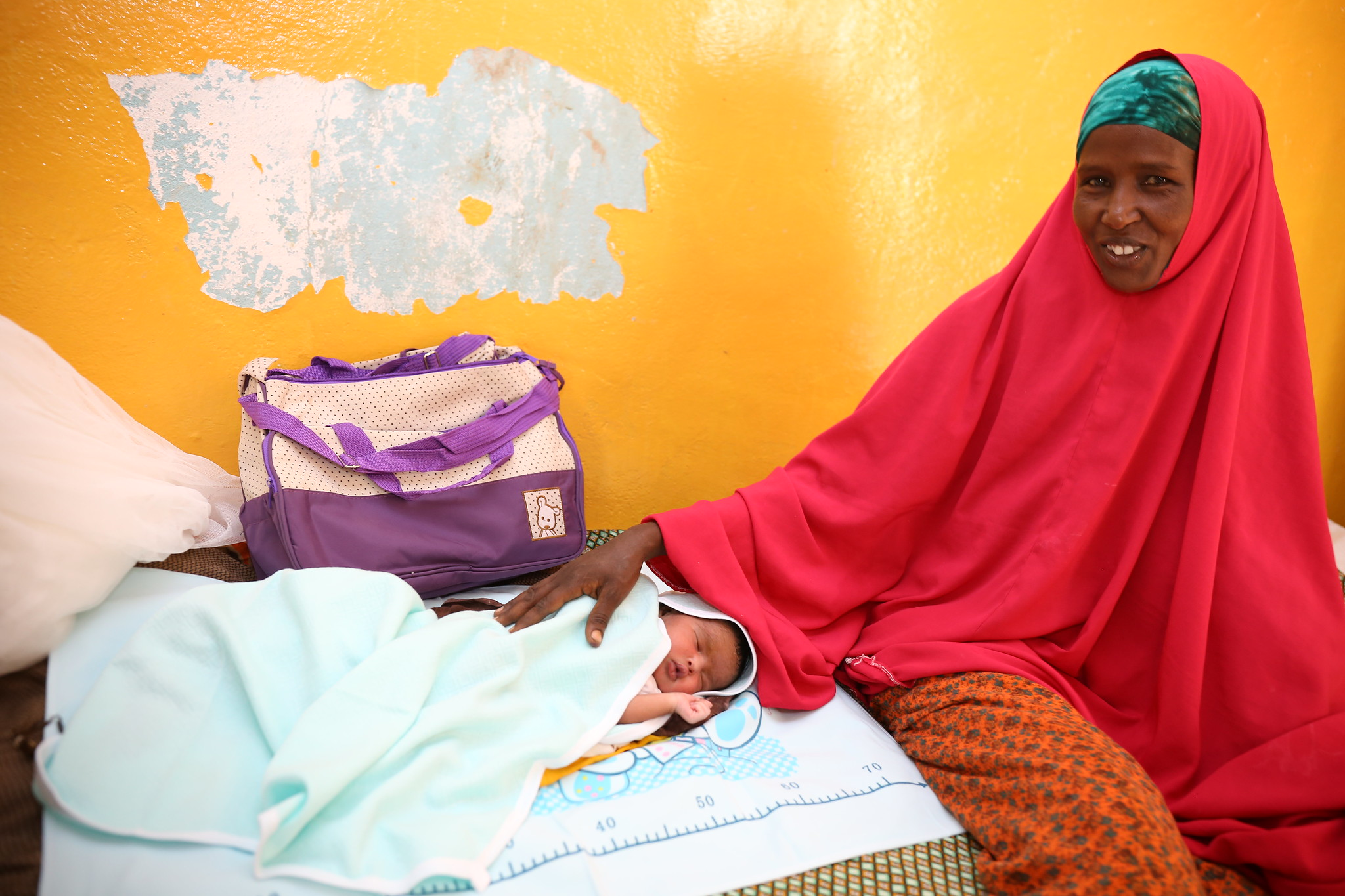 Nasra Ali Baale receives her baby kit from Trócaire. Photo: Eyeris Communications/Trócaire.