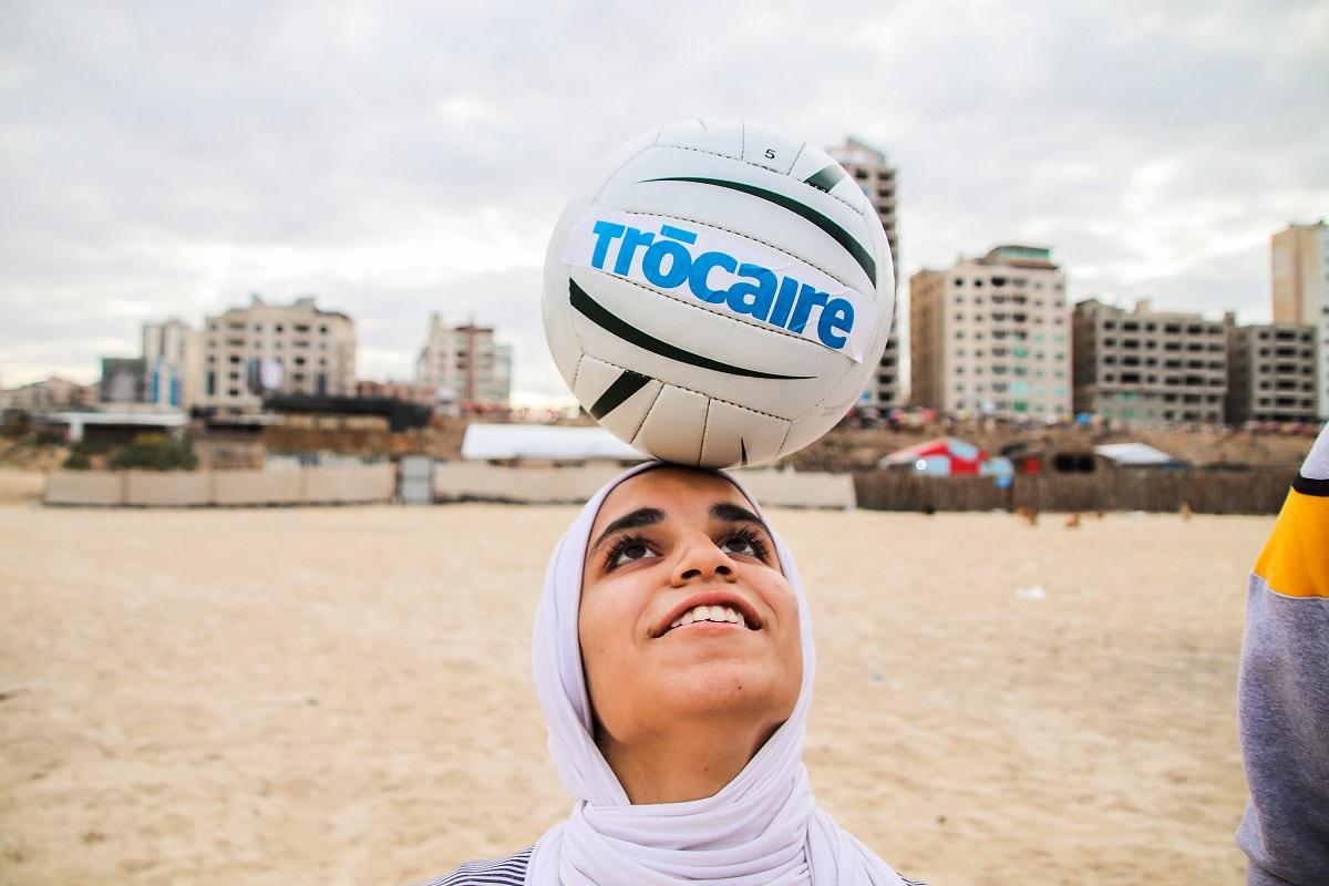 Hala Sanak (14), who plays for Gaza's first-ever schoolgirls' football club, received a Gaelic football skills session on the Gaza beach with All-Ireland winner & Trócaire ambassador Oisín McConville. Photo : Garry Walsh / Trócaire