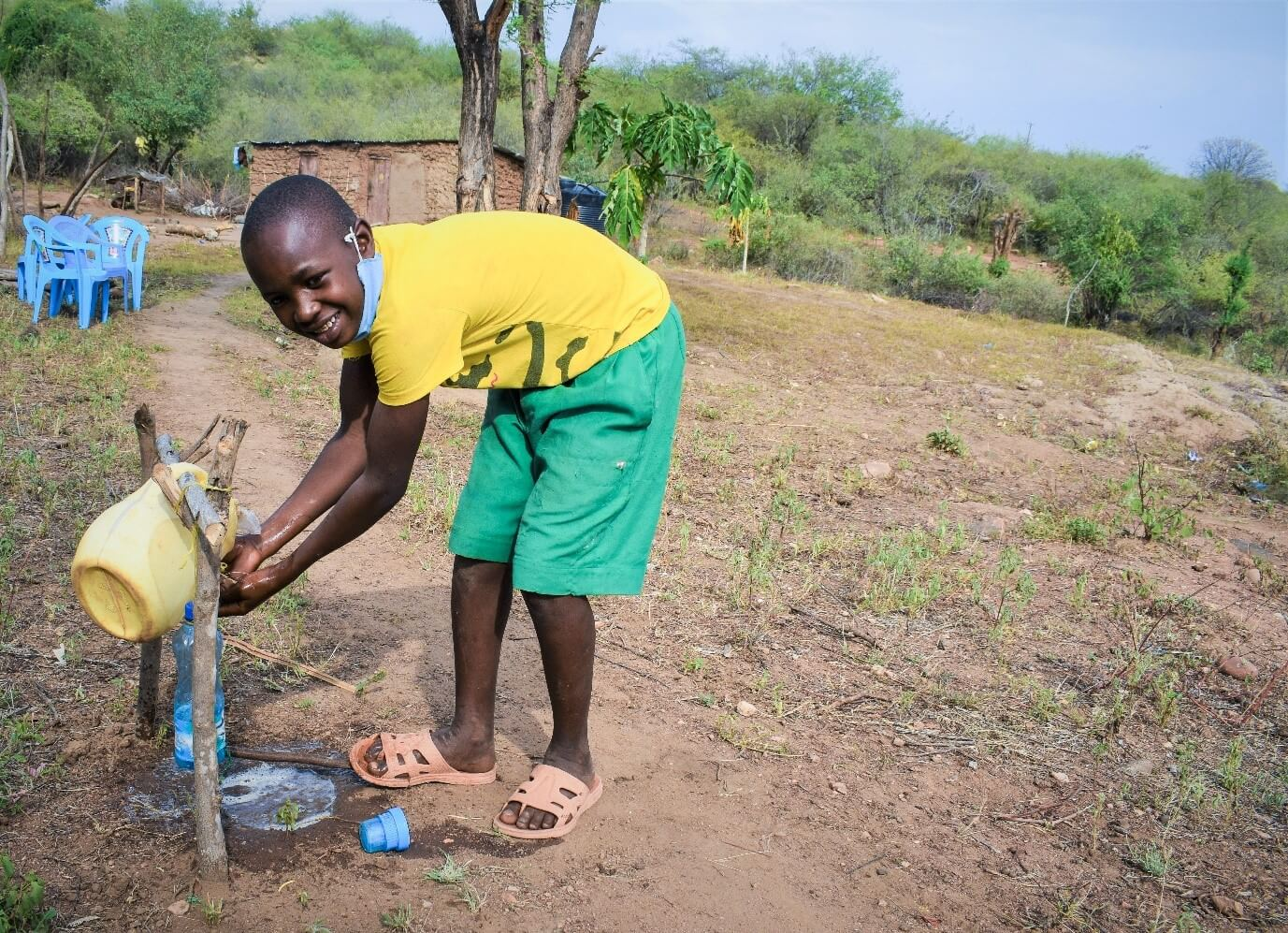 9 year old Eric washes his hands to prevent the spread of Covid. Photo : Denis Kioko / Trócaire.