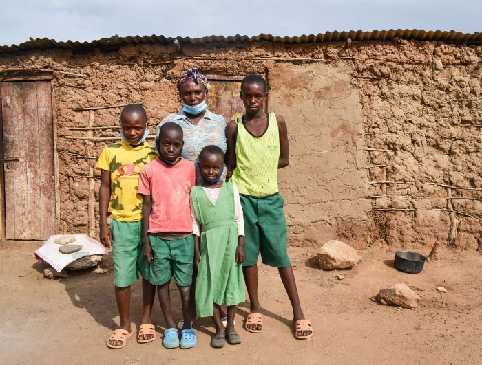 Madris Nginya with her daughter Joy-Faith (7) and sons Eric (9), Alex (8) and Julius (13). Photo : Denis Kioko / Trócaire.