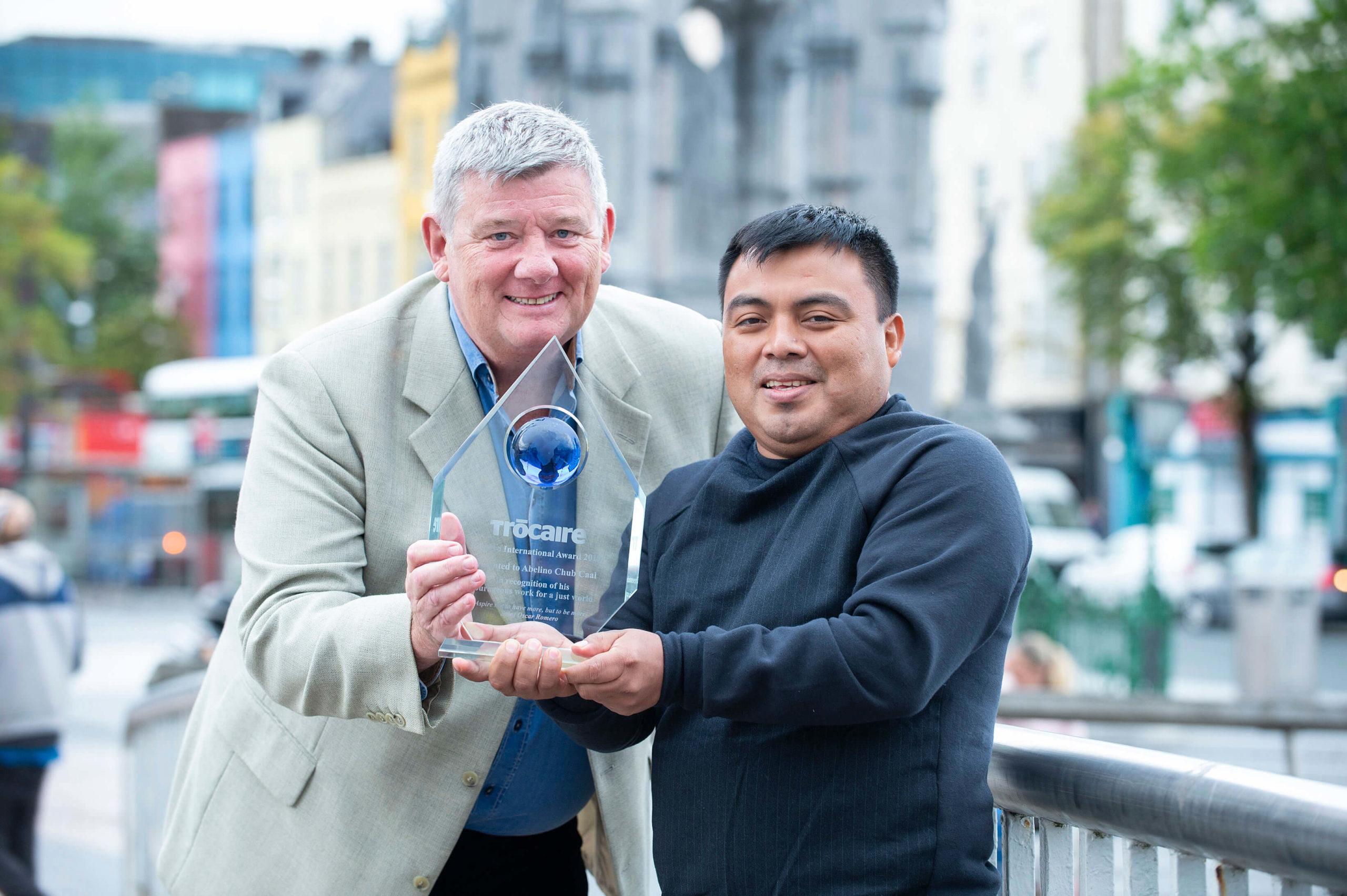 Broadcaster John Creedon presents Guatemalan activist Abelino Chub Caal with Trócaire's Romero International Award in Cork City.    Photo: Gerard McCarthy/Trócaire.